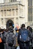 Οδηγός με τα παιδιά σχολείου έξω από τον καθεδρικό ναό του Καντέρμπουρυ στοκ εικόνα με δικαίωμα ελεύθερης χρήσης