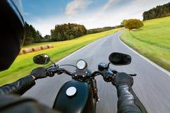 Οδηγός μοτοσικλετών που οδηγά στον αυτοκινητόδρομο στοκ εικόνες με δικαίωμα ελεύθερης χρήσης