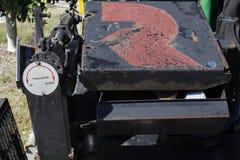 Οδηγός πάχους σχετικά με την άσφαλτο που βάζει τη μηχανή Στοκ Εικόνα
