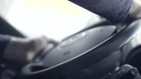 Οδηγός πίσω από τη ρόδα car απόθεμα βίντεο