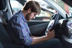 Οδηγός που έχει το πρόβλημα με το αυτοκίνητο Στοκ εικόνες με δικαίωμα ελεύθερης χρήσης