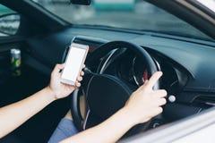Οδηγός που χρησιμοποιεί το smartphone Στοκ φωτογραφία με δικαίωμα ελεύθερης χρήσης