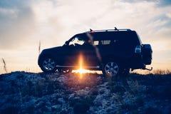 Οδηγός στο αυτοκίνητο ενάντια του ηλιοβασιλέματος Στοκ εικόνα με δικαίωμα ελεύθερης χρήσης