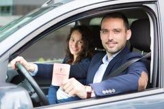 Οδηγός στο αυτοκίνητό του μετά από να πάρει την άδεια οδήγησής του Στοκ Εικόνες