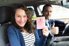 Οδηγός στο αυτοκίνητό του μετά από να πάρει την άδεια οδήγησής του Στοκ φωτογραφία με δικαίωμα ελεύθερης χρήσης