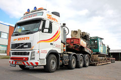 Οδηγός σωρών έλξεων φορτηγών της VOLVO FH16 στο διπλό ρυμουλκό γεφυρών πτώσης Στοκ εικόνα με δικαίωμα ελεύθερης χρήσης
