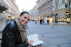 Οδηγός ταξιδιού γυναικών τουριστών Στοκ εικόνα με δικαίωμα ελεύθερης χρήσης