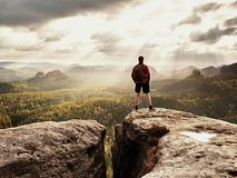 Οδηγός τουριστών σχετικά με το δύσκολο σημείο άποψης με τους πόλους διαθέσιμους Οδοιπόρος με τη φίλαθλη στάση σακιδίων πλάτης στο Στοκ φωτογραφίες με δικαίωμα ελεύθερης χρήσης