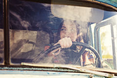 Οδηγός φορτηγού γυναικών στο αυτοκίνητο Κορίτσι που χαμογελά στη κάμερα και που κρατά το τιμόνι Στοκ Εικόνες