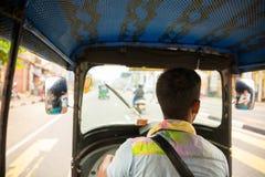 Οδηγός Tuk-tuk στο δρόμο της Σρι Λάνκα, άποψη από το αυτοκίνητο Στοκ Εικόνες