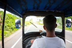 Οδηγός Tuk tuk στο δρόμο της Σρι Λάνκα, άποψη από το αυτοκίνητο Στοκ εικόνα με δικαίωμα ελεύθερης χρήσης