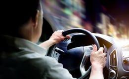 Οδηγώντας ένα αυτοκίνητο τη νύχτα Στοκ Φωτογραφία