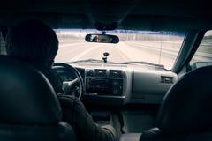 Οδηγώντας ένα αυτοκίνητο - τρίτη άποψη προσώπων στοκ εικόνες