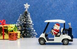 Οδηγώντας αυτοκίνητο γκολφ Santa, γιορτή Χριστουγέννων Στοκ Εικόνες