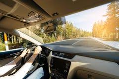 Οδηγώντας αυτοκίνητο γυναικών tundra που θαυμάζει το όμορφο τοπίο στοκ φωτογραφίες