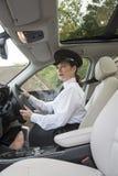 Οδηγώντας αυτοκίνητο σοφέρ Στοκ Εικόνες