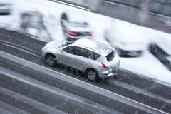 Οδηγώντας αυτοκίνητο στη χιονώδη οδό πόλεων Στοκ φωτογραφία με δικαίωμα ελεύθερης χρήσης