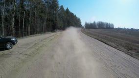Οδηγώντας αυτοκίνητο χώρας στο δρόμο αμμοχάλικου που χρησιμοποιεί έναν φακό fisheye κίνηση αργή