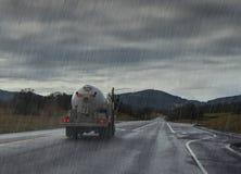 οδηγώντας βροχή Βροχερός δρόμος με το υγρό φορτηγό Στοκ Εικόνες