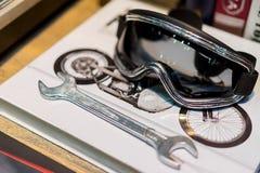 Οδηγώντας γυαλιά ποδηλάτων που τίθενται στα βιβλία Στοκ εικόνες με δικαίωμα ελεύθερης χρήσης