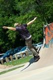 Οδηγώντας κεκλιμένη ράμπα σαλαχιών Skateboarder Στοκ φωτογραφία με δικαίωμα ελεύθερης χρήσης