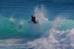 Οδηγώντας κύμα Surfer Στοκ εικόνα με δικαίωμα ελεύθερης χρήσης