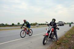 Οδηγώντας μοτοσικλέτα μπαλτάδων γυναικών με τα σημάδια απόστασης Στοκ φωτογραφία με δικαίωμα ελεύθερης χρήσης