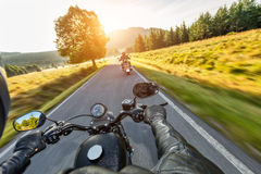 Οδηγώντας μοτοσικλέτα οδηγών σε έναν δρόμο ασφάλτου στοκ εικόνες