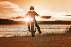 Οδηγώντας μοτοσικλέτα enduro ατόμων σε διαγώνια χρήση διαδρομής μηχανών για τους ανθρώπους Στοκ Εικόνες