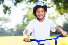 Οδηγώντας ποδήλατο αγοριών Στοκ Εικόνες