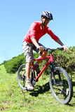 Οδηγώντας ποδήλατο βουνών ατόμων μια καυτή θερινή ημέρα Στοκ φωτογραφία με δικαίωμα ελεύθερης χρήσης