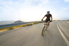 Οδηγώντας ποδήλατο βουνών ατόμων ποδηλατών στην ηλιόλουστη ημέρα Στοκ φωτογραφίες με δικαίωμα ελεύθερης χρήσης