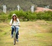 Οδηγώντας ποδήλατο γυναικών στον τομέα στοκ φωτογραφίες