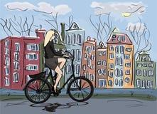 Οδηγώντας ποδήλατο γυναικών στο Άμστερνταμ Στοκ Εικόνες