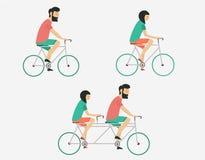 Οδηγώντας ποδήλατο ζεύγους Ύφος Hipster Στοκ Φωτογραφίες