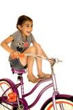 Οδηγώντας ποδήλατο κοριτσιών με τα πόδια της που χαμογελούν επάνω την αστεία φωτογραφία στοκ φωτογραφίες