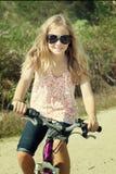 Οδηγώντας ποδήλατο κοριτσιών στοκ εικόνα