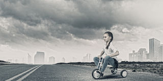 Οδηγώντας ποδήλατο κοριτσιών Στοκ Φωτογραφίες