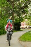 Οδηγώντας ποδήλατο με τον μπαμπά Μικρό κορίτσι, πατέρας υπαίθρια στοκ φωτογραφίες