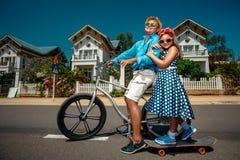 Οδηγώντας ποδήλατο πατέρων με skateboard κορών του Στοκ εικόνες με δικαίωμα ελεύθερης χρήσης