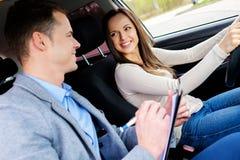 Οδηγώντας σπουδαστής εκπαιδευτικών και γυναικών στο αυτοκίνητο εξέτασης στοκ φωτογραφία με δικαίωμα ελεύθερης χρήσης