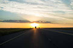 Οδηγώντας στο ηλιοβασίλεμα σε μια εθνική οδό, ελεύθερο κράτος, Νότια Αφρική Στοκ φωτογραφία με δικαίωμα ελεύθερης χρήσης