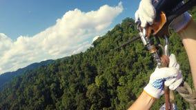 Οδηγώντας φερμουάρ-γραμμή στις πολύβλαστες ζούγκλες του Λάος απόθεμα βίντεο