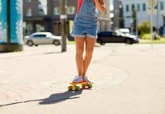 Οδηγώντας skateboard έφηβη στην οδό πόλεων Στοκ φωτογραφίες με δικαίωμα ελεύθερης χρήσης