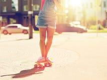 Οδηγώντας skateboard έφηβη στην οδό πόλεων Στοκ Φωτογραφία