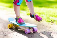 Οδηγώντας skateboard παιδιών στο θερινό πάρκο Στοκ φωτογραφίες με δικαίωμα ελεύθερης χρήσης