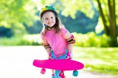 Οδηγώντας skateboard παιδιών στο θερινό πάρκο Στοκ φωτογραφία με δικαίωμα ελεύθερης χρήσης