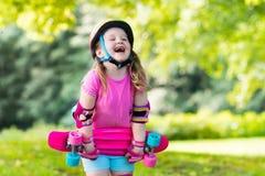 Οδηγώντας skateboard παιδιών στο θερινό πάρκο Στοκ εικόνα με δικαίωμα ελεύθερης χρήσης
