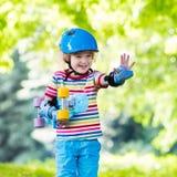 Οδηγώντας skateboard παιδιών στο θερινό πάρκο Στοκ Φωτογραφίες