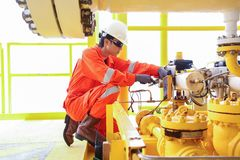 Ο ηλεκτρικός και εργαζόμενος οργάνων επιθεωρεί και ελέγχοντας την τάση και το ρεύμα ηλεκτρικού και του συστήματος ελέγχου στοκ εικόνα με δικαίωμα ελεύθερης χρήσης